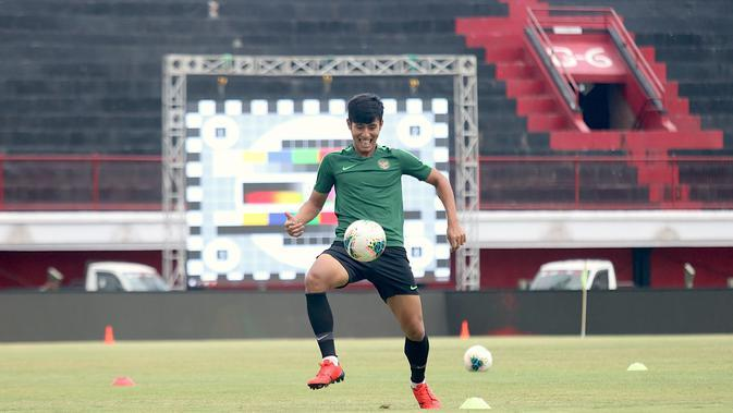Pemain Timnas Indonesia, Hanif Sjahbandi, mengontrol bola saat latihan di Stadion I Wayan Dipta, Bali, Senin (14/10). Latihan ini persiapan jelang laga Kualifikasi Piala Dunia 2022 melawan Vietnam. (Bola.com/Aditya Wany)