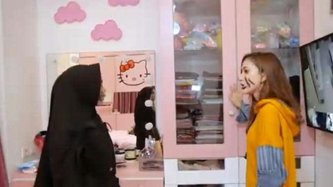 Ria Ricis saat berada di kamarnya bersama Marisha Chacha