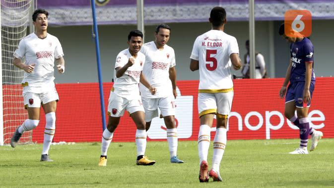 Pemain PSM Makassar merayakan gol yang dicetak oleh Asnawi Mangkualam, ke gawang Persita Tangerang pada laga Shopee Liga 1 di Stadion Sport Center Tangerang, Jumat, (6/3/2020). Kedua tim bermain imbang 1-1. (Bola.com/M Iqbal Ichsan)