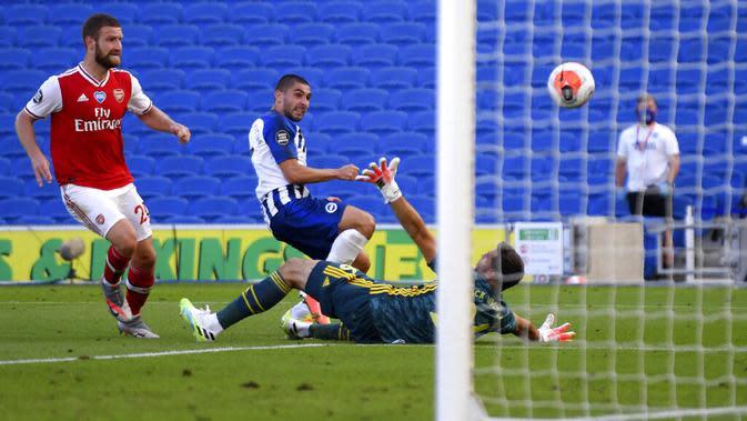 Pemain Brighton & Hove Albion, Neal Maupay, mencetak gol ke gawang Arsenal pada laga Premier League di Stadion Falmer, Sabtu (20/6/2020). Arsenal kalah 1-2. (AP/Gareth Fuller)