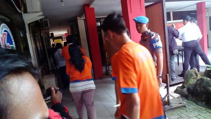 Para tahanan polres Bangkalan berjalan di lorong menuju sel mereka usai jumpa pers