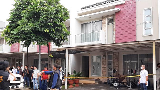 Polisi merekontruksi penyerangan rumah Nus Kei di Kluster Australia, Green Lake City, kota Tangerang, oleh kelompok John Kei. (Liputan6.com/Pramita Tristiawati)