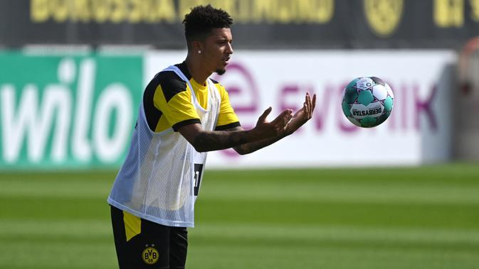 Pemain Borussia Dortmund, Jadon Sancho, saat memimpin sesi latihan di Dortmund Bracker Training Ground, Dortmund, Selasa (4/8/2020). Skuat Borussia Dortmund mulai jalani sesi latihan pramusim kompetisi Bundesliga 2020/2021. (AFP/Ina Fassbender)