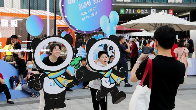 Orang-orang berpose dalam sebuah acara tematik yang diadakan di Pusat Pameran dan Konvensi Nasional (National Exhibition and Convention Center/NECC) di Shanghai, China timur (6/6/2020). (Xinhua/Fang Zhe)
