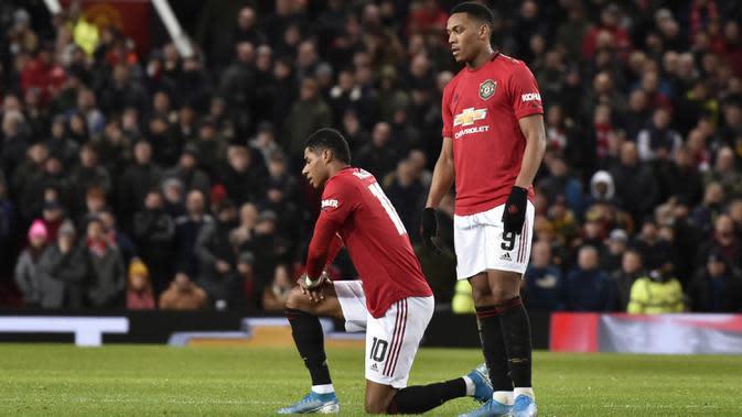 Pemain Manchester United Anthony Martial (kanan) berdiri di samping Marcus Rashford yang mengalami cedera saat menghadapi Wolverhampton Wanderers pada putaran ketiga Piala FA di Old Trafford, Manchester, Inggris, Rabu (15/1/2020). Manchester United menang 1-0.(AP Photo/Rui Vieira)
