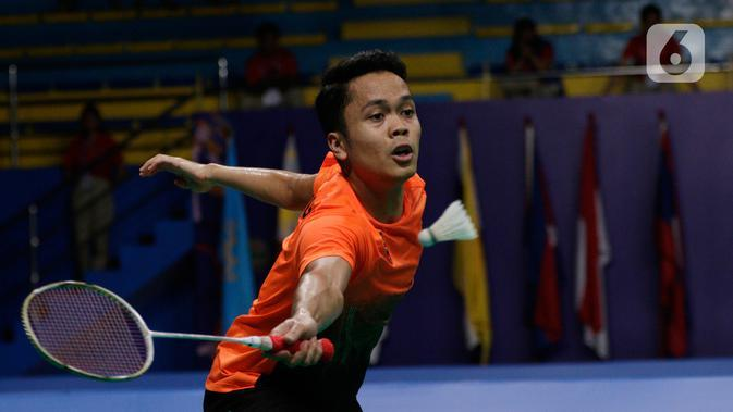 Tunggal putra Indonesia, Anthony Ginting, mengembalikan kok saat melawan Soong Joo Ven pada final beregu SEA Games 2019 di Multinlupa Sport Center, Filipina, Rabu (4/12/2019). Ginting menang 13-21, 21-15, dan 21-18. (Bola.com/M Iqbal Ichsan)
