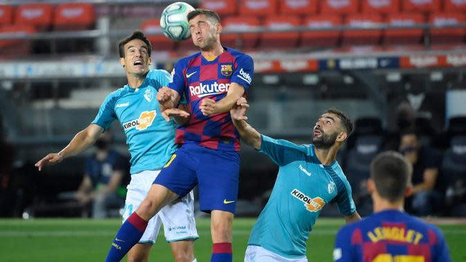 Bek Barcelona, Sergi Roberto, berebut bola dengan gelandang Osasuna, Inigo Perez, pada laga lanjutan La Liga pekan ke-37 di Camp Nou, Jumat (17/7/2020) dini hari WIB. Barcelona kalah 1-2 atas Osasuna. (AFP/Lluis Gene)