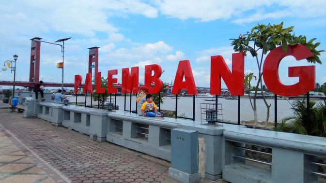 Ikon tulisan Palembang dipajang di pinggiran Sungai Musi di Plasa Benteng Kuto Besak (BKB) yang mempunyai 9 anak sungai (Liputan6.com / Nefri Inge)