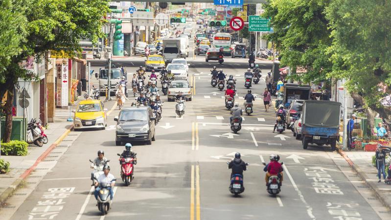 在馬路行走時,你習慣順著車流還是逆著車流走呢?