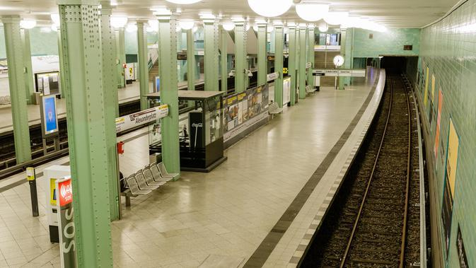 Suasana stasiun kereta bawah tanah Alexanderplatz di Berlin, ibu kota Jerman (22/3/2020). Demi menahan laju penyebaran coronavirus baru (COVID-19), Jerman melarang pertemuan publik lebih dari dua orang, menurut langkah terbaru negara tersebut yang diumumkan pada Minggu (22/3). (Xinhua/Binh Truong)
