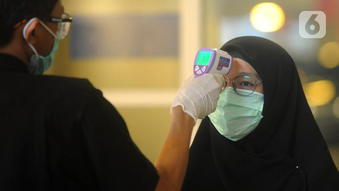 Pengunjung Mall Ikea Alam Sutera menjalani pemeriksaan suhu tubuh untuk mengantisipasi penyebaran vius corona COVID-19, Tangerang Selatan, Banten, Kamis (12/3/2020). Hingga hari ini, kasus virus corona secara global telah menembus angka 121 ribu orang. (merdeka.com/Arie Basuki)