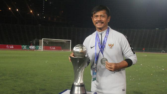 Pelatih Timnas Indonesia, Indra Sjafri, merayakan gelar juara Piala AFF U-22 2019 setelah mengalahkan Thailand pada laga final di Stadion National Olympic, Phnom Penh, Selasa (26/2). Indonesia menang 2-1 atas Thailand. (Bola.com/Zulfirdaus Harahap)