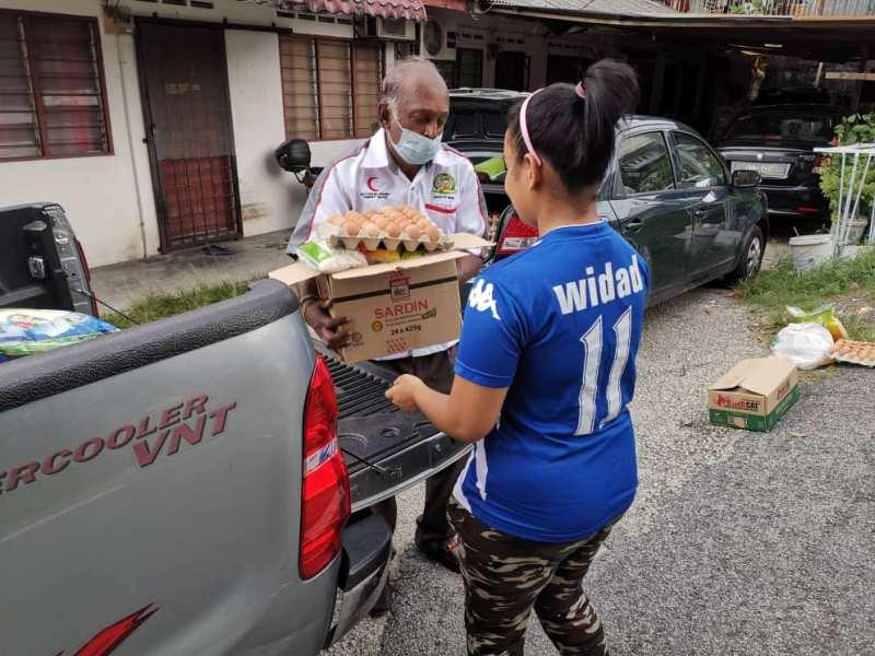 The group sends groceries and other essentials to families who are housebound during the MCO. — Picture courtesy of Dr Nur Hidayah Abu Bakar