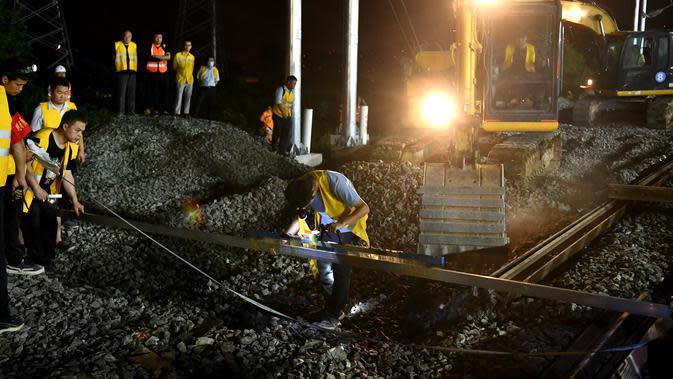 Para pekerja jalur kereta bekerja di lokasi konstruksi kereta cepat Hefei-Anqing, Provinsi Anhui, China, 25 Agustus 2020. Jalur tersebut dirancang untuk dilalui kereta berkecepatan 350 kilometer per jam. (Xinhua/Liu Junxi)