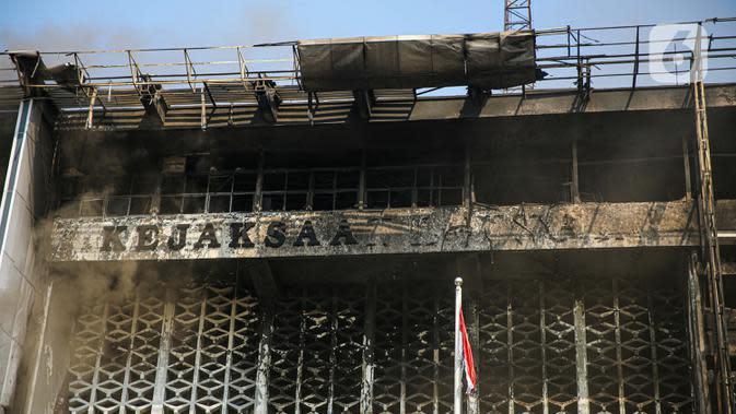 Kondisi gedung utama Kejaksaan Agung yang terbakar di Jakarta, Minggu (23/8/2020). Kebakaran hebat yang menghanguskan gedung utama Kejaksaan Agung pada Sabtu (22/8/2020) malam juga membuat sejumlah tahanan dievakuasi. (Liputan6.com/Faizal Fanani)