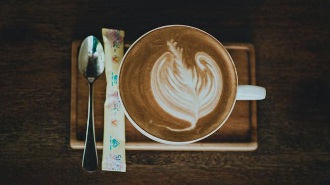 ilustrasi cara mudah membuat latte art ala kafe di rumah/min an/pexels