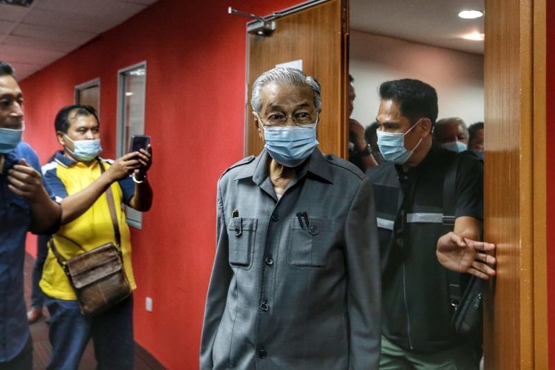Tun Dr Mahathir Mohamad leaves after a press conference at Yayasan Selangor building in Petaling Jaya May 29, 2020. — Picture by Ahmad Zamzahuri