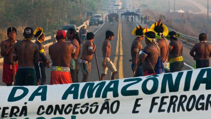Masyarakat suku Kayapo memblokir jalan raya utama Trans-Amazonian di Novo Progresso di Negara Bagian Para, Brasil (17/8/2020). Mereka memprotes kurangnya dukungan pemerintah selama pandemi Covid-19 dan deforestasi (penghilangan hutan) ilegal di wilayah mereka. (AFP Photo/Carl De Souza)