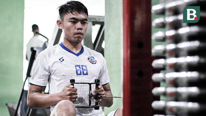 Pemain muda Arema FC, Vikrian Akbar, saat menjalani latihan di gym. (Bola.com/Iwan Setiawan)