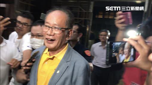 陳超明被傳喚到案、移送北檢複訊時,態度還相當輕鬆,以笑容面對鏡頭。(圖資料照/記者楊佩琪攝)