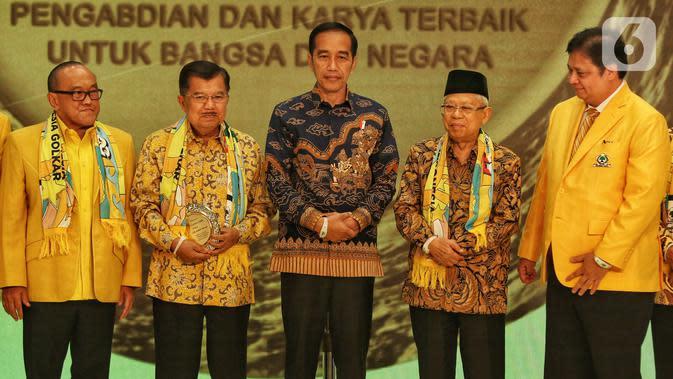 Presiden Joko Widodo (tengah), Wapres Ma'ruf Amin (kedua kanan), Wapres ke-10 dan ke-12 Jusuf Kalla (kedua kiri), Ketum Golkar Airlangga Hartarto (kanan), dan Ketua Dewan Pembina Golkar Aburizal Bakrie (kiri) dalam peringatan HUT ke-55 Golkar di Jakarta, Rabu (6/11/2019). (Liputan6.com/JohanTallo)