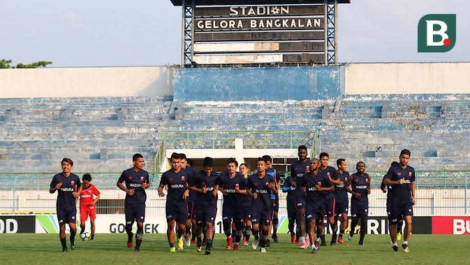 Skuat Madura United saat berlatih di Stadion Gelora Bangkalan, Bangkalan. (Bola.com/Aditya Wany)