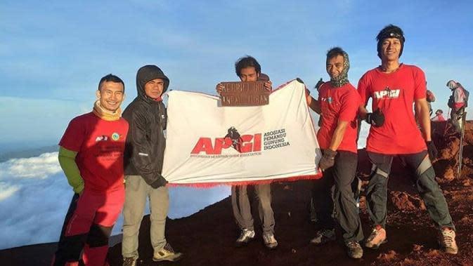 Abdu Syamsudin (tengah) saat menapaki puncak Kerinci, atau pendakian sebelum ditutup, Selasa (17/3/2020). Pendaki asal Jepara ini berjalan kaki dari pulau Jawa ke Jambi hanya untuk mendaki Kerinci (Foto: Instagram @piknikkerinci)