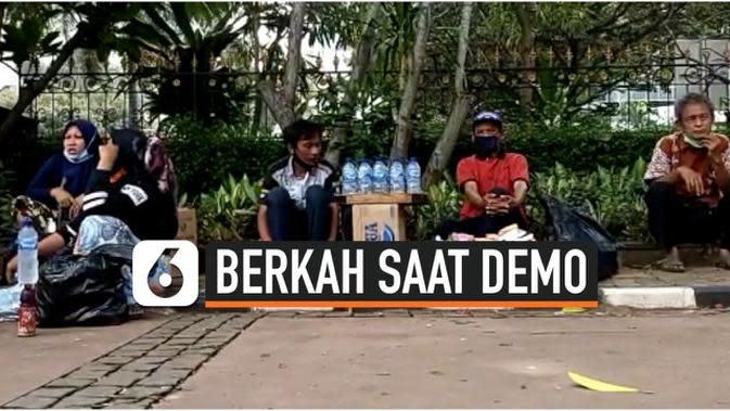 VIDEO: Kisah Asep, Mengais Rezeki di Tengah Demo UU Cipta Kerja