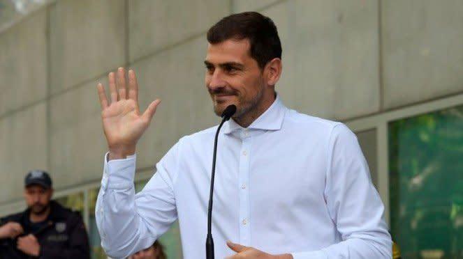 Iker Casillas saat keluar rumah sakit