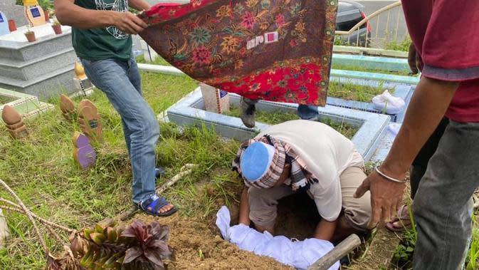 Seorang ayah tak bisa kuburkan bayinya yang baru saja meninggal (Sumber: Facebook/Abam Botak)