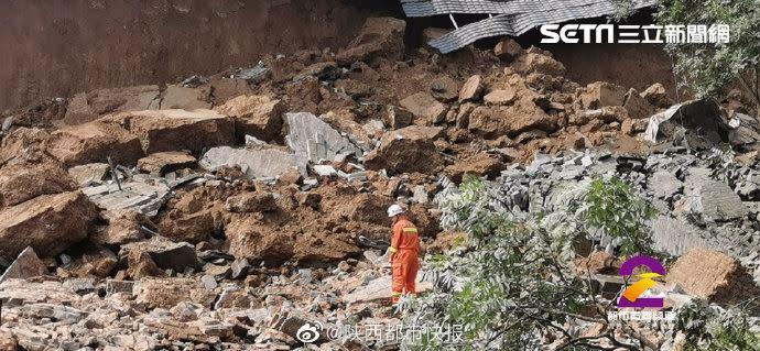 歷史建築西安秦王府古蹟城牆倒塌, 4人受傷多車遭壓。(圖/翻攝自陝西都市快報)