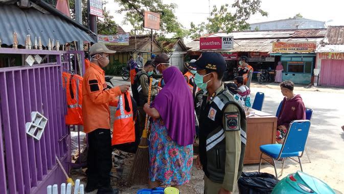 Tampak pelanggar hendak mengenakan rompi orange diberi sanksi kerja sosial saat operasi yustisi gabungan (Liputan6.com/Ahmad Adirin)