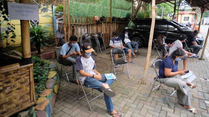 Warga menunggu giliran pemeriksaan cepat COVID-19 (Rapid Test) bagi pelanggar PSBB di Kantor Kecamatan Karawaci, Kota Tangerang, Kamis (14/5/2020). Pemkot Tangerang melakukan rapid test kepada warga yang melanggar penerapan PSBB seperti tidak menggunakan masker. (Liputan6.com/Angga Yuniar)