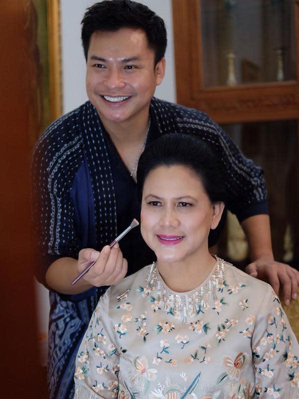 Ryan Ogilvy mengucapkan terima kasih kepada Iriana yang telah mempercayakan dirinya merias jelang pelantikan Jokowi sebagai presiden (Dok.Instagram/@ryanogilvy/https://www.instagram.com/p/B311uFvgTQV/Komarudin)