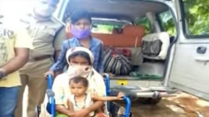 Bocah Ini Jalan Kaki Sejauh 350 KM Sambil Dorong Kursi Roda Ibunya Demi Mudik, Bikin Haru. (Sumber: indiatimes)