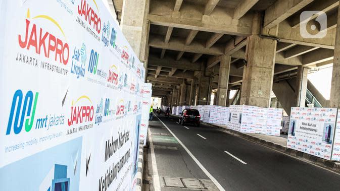 Kendaraan melintas di bawah Stasiun MRT Haji Nawi, Jakarta, Minggu (4/10/2020). PT Mass Rapid Transit atau MRT Jakarta menyiapkan sejumlah pilar jalur MRT sebagai media iklan untuk mengembangkan bisnis di luar pendapatan tiket atau non-farebox. (Liputan6.com/Faizal Fanani)