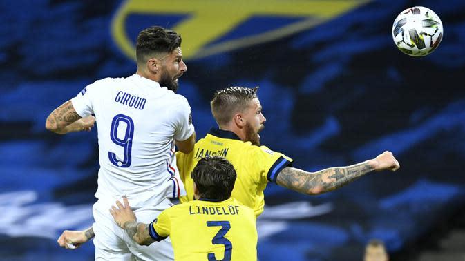 Penyerang Prancis, Olivier Giroud, duel udara dengan pemain Swedia, Pontus Jansson, pada laga UEFA Nations League di Friends Arena, Minggu (6/9/2020). Prancis menang 1-0 atas Swedia. (Christine Olsson/TT via AP)