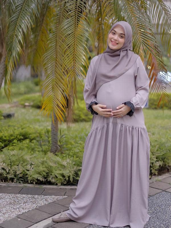 Kalau sebelumnya ada yang menantikan kelahiran anak kedua, Vebby Palwinta sekarang ini tengah hamil besar jelang melahirkan anak pertamanya. Baby bumpnya semakin membesar dan aura Vebby pun kian terpancar. (Instagram/vebbypalwinta)