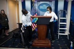 Ketika Trump mendesak pembukaan kembali, Gedung Putih berjuang melawan wabah virus sendiri