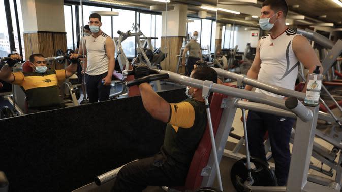 Sejumlah orang mengenakan masker saat berolahraga di pusat kebugaran Kota Hebron, Tepi Barat, Palestina, Kamis (6/8/2020). Kementerian Kesehatan Palestina mendesak warga mematuhi langkah-langkah kesehatan setelah pemerintah melonggarkan kebijakan pencegahan COVID-19. (Xinhua/Mamoun Wazwaz)