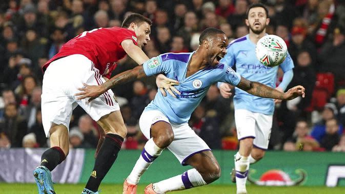Gelandang Manchester United, Nemanja Matic, berebut bola dengan penyerang Manchester City, Raheem Sterling, pada laga Piala Liga Inggris di Stadion Old Trafford, Rabu (8/1/2020). Manchester United kalah 1-3 dari Manchester City. (AP/Jon Super)