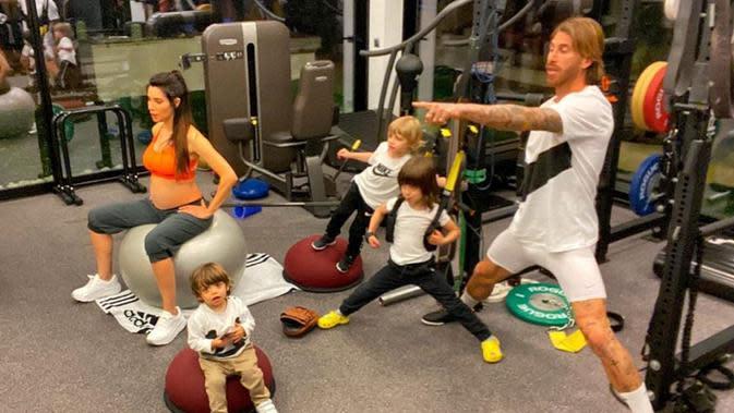 Foto dari akun Instagram pemain Real Madrid Sergio Ramos (kanan) menunjukkan dirinya dan keluarganya tengah berolahraga di rumah selama masa karantina wilayah (lockdown) di Spanyol pada 17 Maret 2020. (Xinhua)