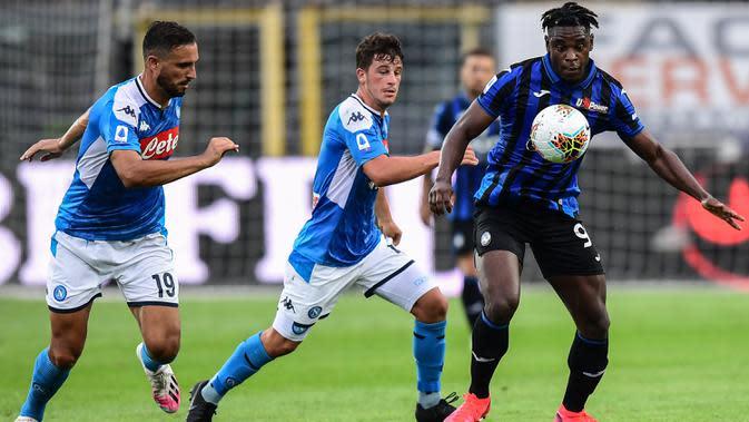 Penyerang Atalanta, Duvan Zapata, berusaha melewati pemain Napoli pada laga lanjutan Serie A pekan ke-29 di Gewiss Stadium, Jumat (3/7/2020) dini hari WIB. Atalanta menang 2-0 atas Napoli. (AFP/Miguel Medina)