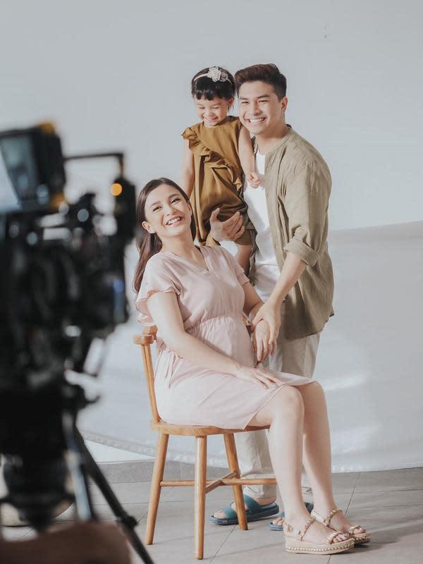 Begini lah keseruan sesi foto maternity saat bersama Natusha, anak pertama Chelsea dan Glenn. Senyuman bahagia terpancar di wajah gadis kecil itu, seakan tak sabar menanti adiknya yang lahir. (Instagram/chelseaoliviaa)