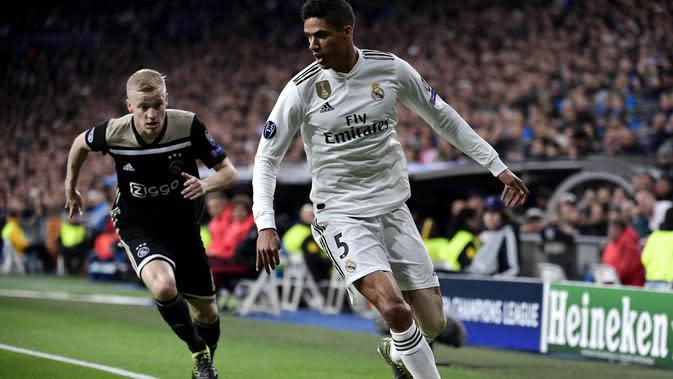 Aksi Raphael Varane pada laga leg kedua, babak 16 besar Liga Champions yang berlangsung di Stadion Santiago Bernabeu, Madrid, Rabu (6/3). Real Madrid kalah 1-4 kontra Ajax. (AFP/Gabriel Bouys)