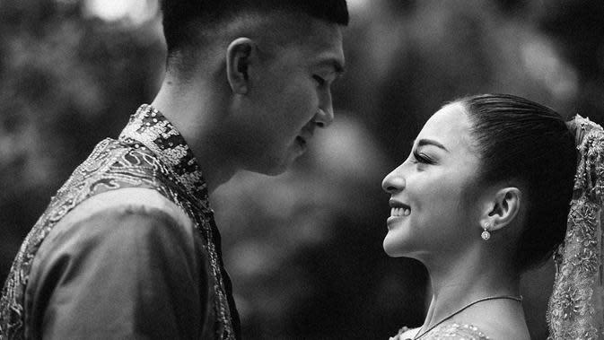 Bukan hanya tidak saling membuka isi ponsel, namun Nikita Willy dan Indra Priawan juga tidak pernah membahas soal mantan pacar masing-masing. Semua itu mereka lakukan pastinya demi keharmonisan kisah asmara keduanya. (Instagram/indpriw)
