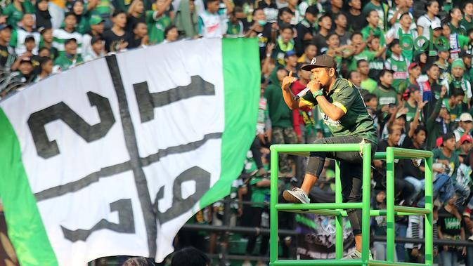 Aksi Bonek, suporter Persebaya, di Stadion Gelora Bung Tomo, Surabaya. (Bola.com/Aditya Wany)