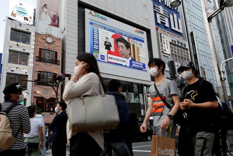 Wanita Jepang menanggung beban resesi setelah pandemi singkapkan  'Womenomics' Abe