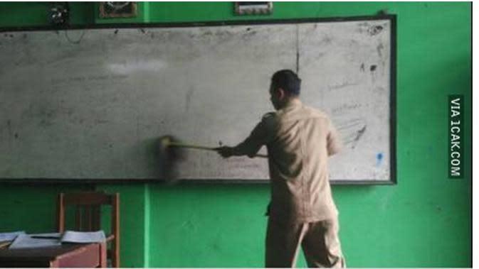 6 Kelakuan Kocak Guru saat Mengajar di Kelas Ini Bikin Kangen Sekolah (sumber: 1cak.com)