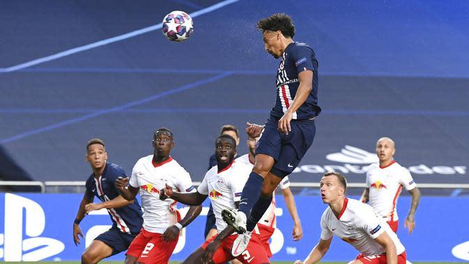 Pemain Paris Saint-Germain (PSG), Marquinhos, mencetak gol ke gawang RB Leipzig pada laga semifinal Liga Champions di Stadion The Luz, Rabu (19/8/2020). PSG menang dengan skor 3-0. (David Ramos/Pool via AP)